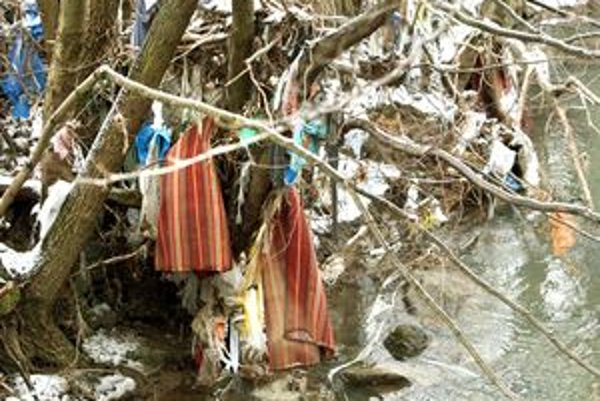 Brehy riek ostali po opadnutí vody posiate odpadom.