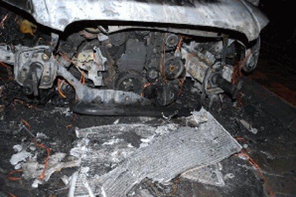 Požiar auto vážne poškodil, škoda je okolo 20 tisíc eur.