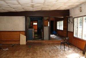 Časť vykradnutého interiéru bývalej reštaurácie.