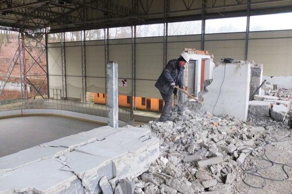 Búracie práce na zimnom štadióne.