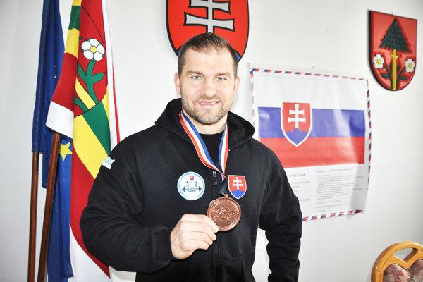 Peter Tatarka prišiel bronzovú medailu z MS 2016 ukázať aj do Istebného.