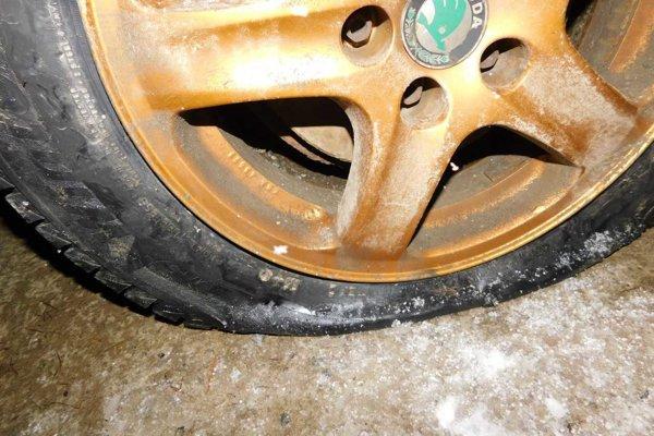 Jedna z poškodených pneumatík.