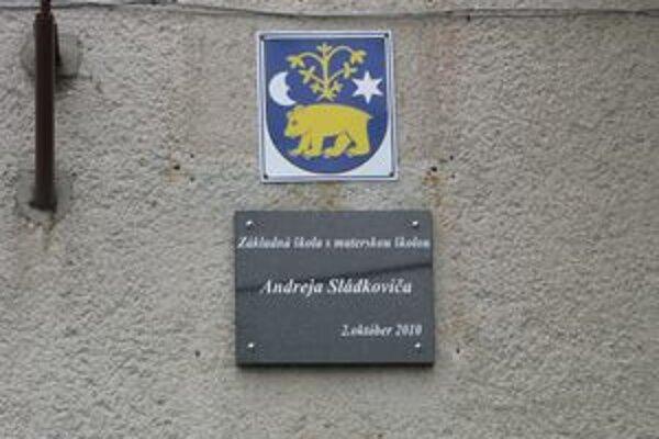 Škola nesie čestný názov po Andrejovi Sládkovičovi, ktorý v obci pôsobil deväť rokov.