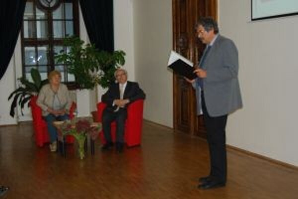 Stanislav Dúbravec ( na snímke  sediaci, spoločne s Klárou Kubičkovou) sa zaslúžil o to, že obyvatelia Banskej Bystrice môžu dodnes obdivovať Mäsiarsku baštu