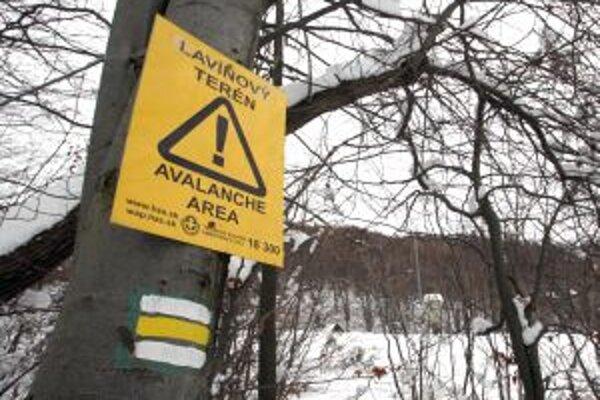 Neďaleko Tureckej pri Banskej Bystrici je problémová horná časť obce, kde na lavínové nebezpečenstvo upozorňujú výstražné tabule