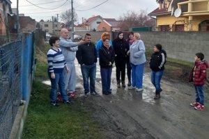 Ľuďom z ulice Osada v Lučenci už dochádza trpezlivosť. Chcú normálnu cestu.