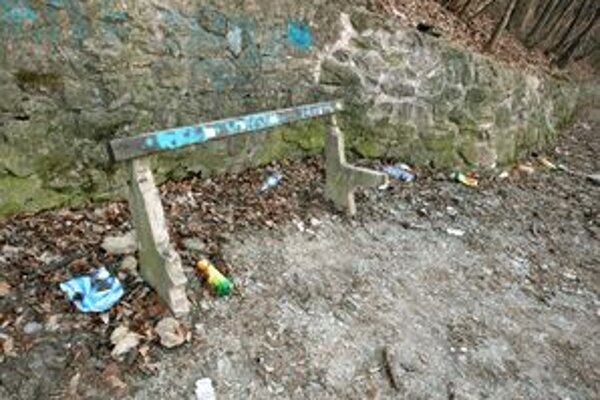 Zničené lavičky na Urpíne.
