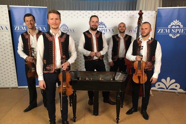 Folklórny súbor Ľudová hudba Michala Pagáča má mnohých hudobníkoch spoločných s kapelou Fallgrapp. Jej vedúcim členom je Juraj Líška (prvý sprava).