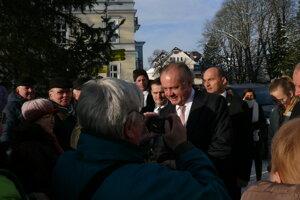 Prezident Andrek Kiska pred rokovaním s primátorom pozdravil aj občanov. Pred úradom sa ich zišla takmer stovka.