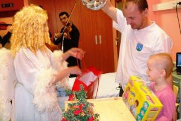 Deti v nemocniciach potešili v predvianočnom období aj počas sviatkov