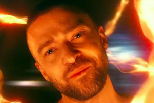 Justin Timberlake v objatí ohnivých špirál v novom videoklipe Supplies.