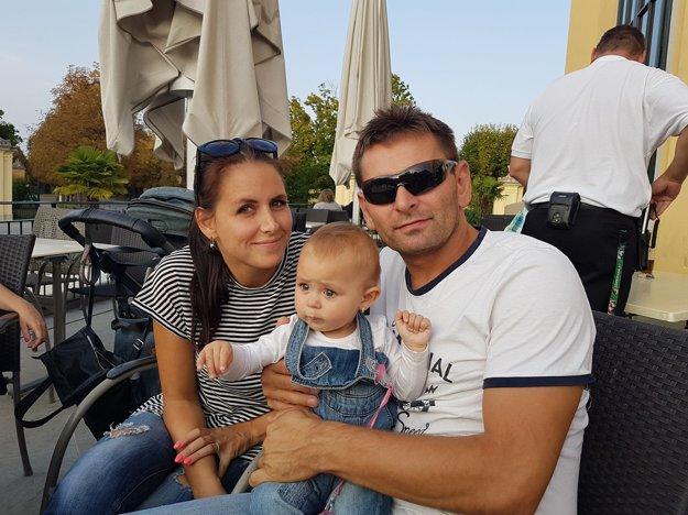 Mário Gašparovič vkruhu svojej najbližšej rodiny, ktorú tvoria priateľka Lucia aštrnásťmesačná dcérka Zuzana – Lia.