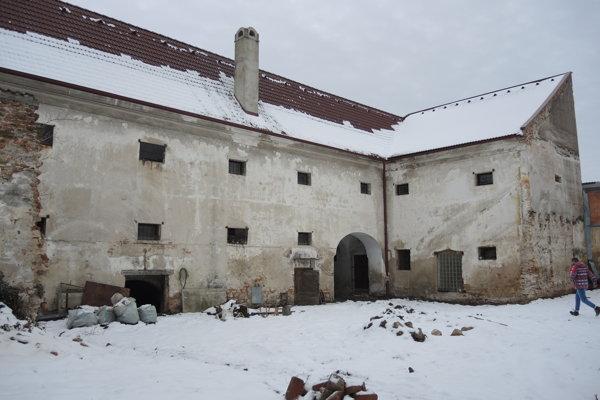 Budova barokovej sýpky z polovice 18. storočia. Naproti nej v najbližších mesiacoch vybudujú dvojpodlažnú budovu so sobášnou sieňou pre sto ľudí.