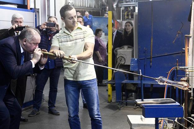 V sklárňach v Lednických Rovniach si prezident vyskúšal aj sklársku robotu.