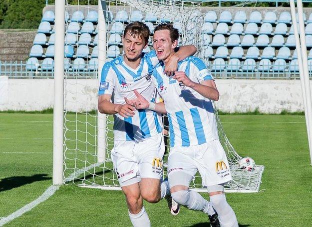 Filip Balaj sa z Nitry prestrieľal do tímu slovenského majstra. Vľavo Richard Križan.