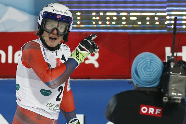 Nór Henrik Kristoffersen reaguje na hádzanie snehových gúľ.