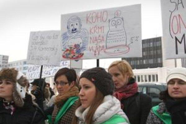 Protestného pochodu sa zúčastnilo okolo 400 pedagógov a študentov z viacerých škôl v meste