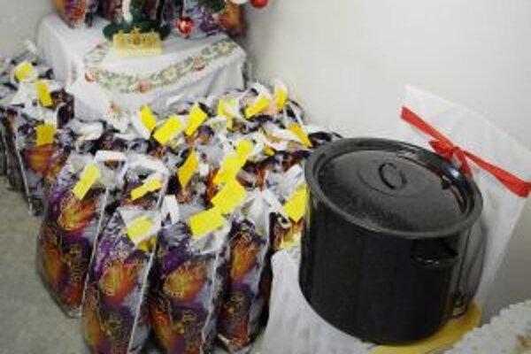 Bezdomovcom mala spríjemniť Vianoce kapustnica aj malé darčeky.
