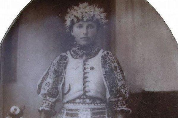 Fotografia 17-ročného dievčaťa z 20. rokov 20. storočia na jednom z cintorínov Hontu.