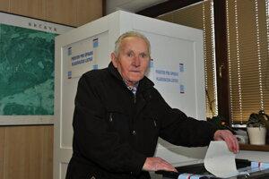 Najstarší občan obce Hrčava počas druhého kola českých prezidentských volieb.