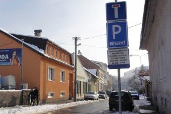 Na časti Ulice duklianskych hrdinov spoplatnili parkovanie dodatočne.