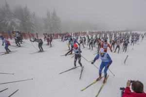 Z lyžiarskeho štadióna Rudolfa Čillíka na Skalke pri Kremnici odštartovali v sobotu 27. januára 2018 preteky na 50 km a 25 km voľnou technikou, hlavné preteky 45. ročníka tradičného diaľkového behu na lyžiach Biela stopa.