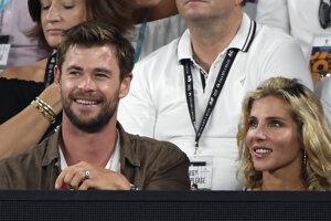 Herec Chris Hemsworth (vľavo) počas zápasu.