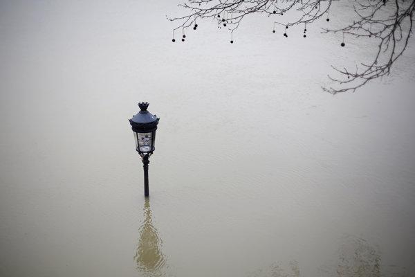 Voda už v Paríži zaplavila nábrežia.
