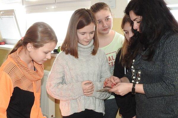 Deti dostali možnosť vlastnými rukami si vyskúšať prácu s drôtom.