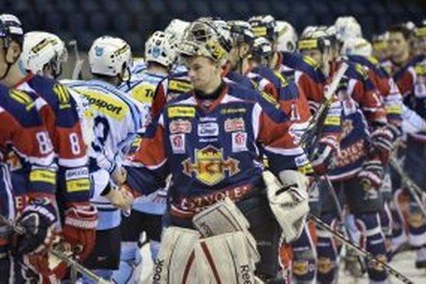Zvolenskí hokejisti si po zápase podávajú ruky so súperom.