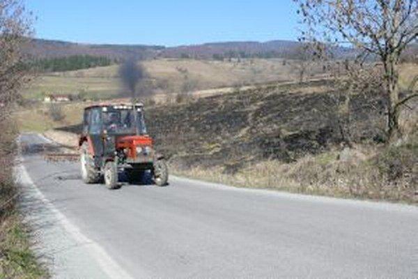 Vypaľovanie trávy ľudí stále baví.