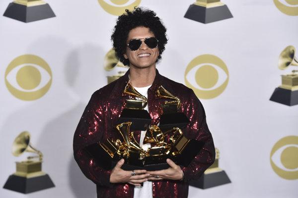 Večer odovzdávania cien Grammy ovládol Bruno Mars, ktorý vyhral dokopy v šiestich kategóriách.