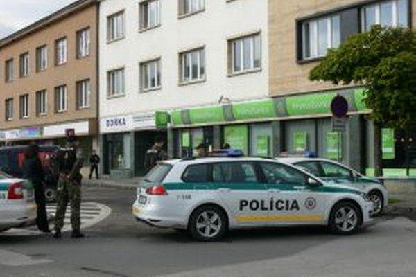 Polícia zablokovala príjazd k banke.