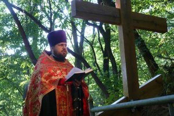 Jerej Marek Kundis pri hrobe neznámeho vojaka v Korytárkach.