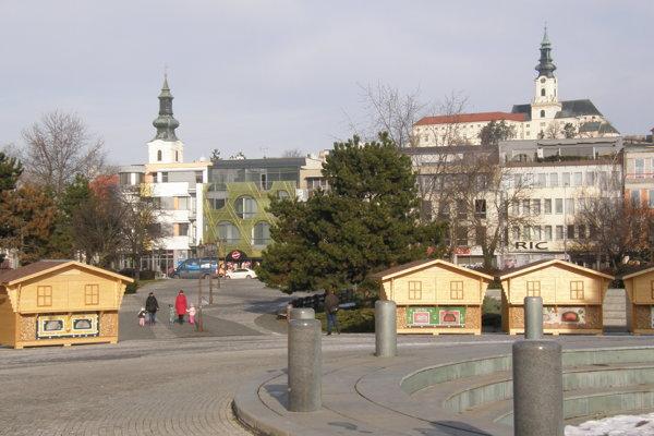 Stánky sú doteraz na Svätoplukovom námestí.