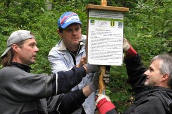 OZ Demian sa zameralo na ochranu prírody v okolí Hronskej Breznice. V strede Miroslav Dobrota.