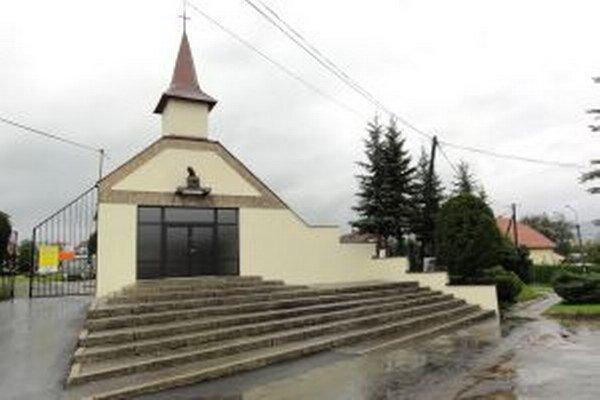 Architektonicky aj historicky hodnotná stavba pripomína menší kostol.