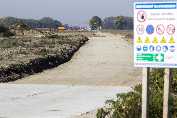 Na budúcej trase rýchlostnej cesty R7 už stavbári robili prvé práce.