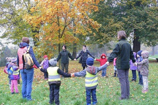 Tajomstvá lesa spoznávali deti zo škôlky Montessori.