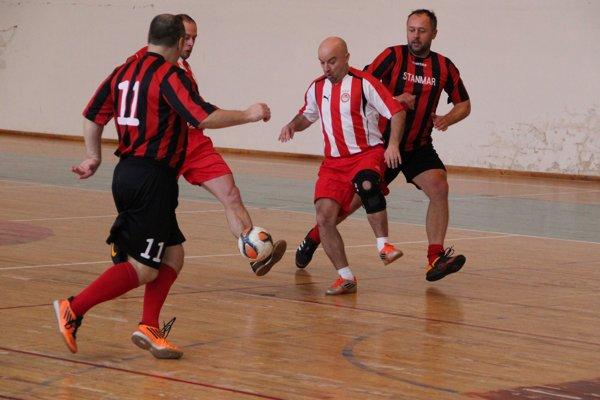 Tvrdošín (v bielo-červených) dresoch musel hneď prvý zápas proti Zubercu otáčať.