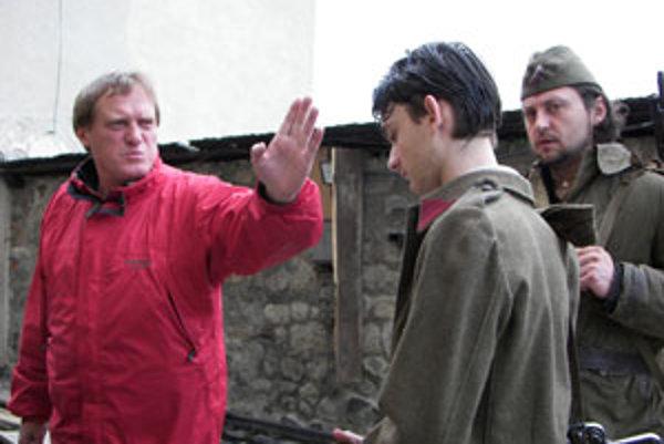 Režisér Jiří Chlumský (vľavo, priateľ herečky Anny Šiškovej) dáva pokyny Samuelovi Spišákovi. Vpravo stojí herec Lukáš Latinák, rodák z Hriňovej.