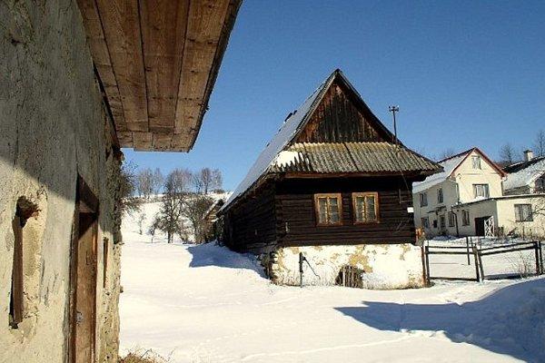 Lenartov v zime. V malebnej obci sa ešte zachovali pôvodné drevenice. (Zdroj: archív obce)