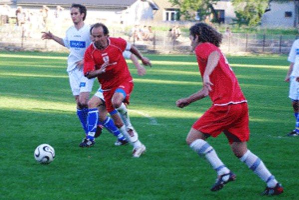 Zvolenskí futbalisti (v červenom) výkonom nepotešili, ale cenné tri body získali.