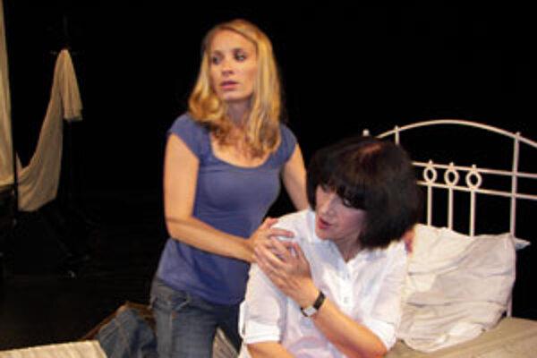 Helena Čermáková (v popredí) v role Edith Piaf. Petra Domžalová stvárňuje dvojrolu; hrá Marlene Dietrich, s ktorou sa Edith Piaf stretla, a aj Simonu, sestru slávnej šansoniérky.