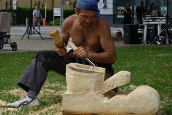 V ateliéri pod nosom vznikla aj takáto drevená topánka, jej autorom je umelec z Rimavskej Soboty.