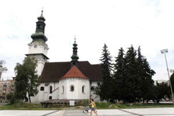 Z terajšieho porastu má pri kostole zostať jeden smrek s brezou.