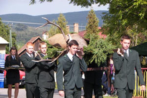 Sprievodu dominoval statný jeleň.