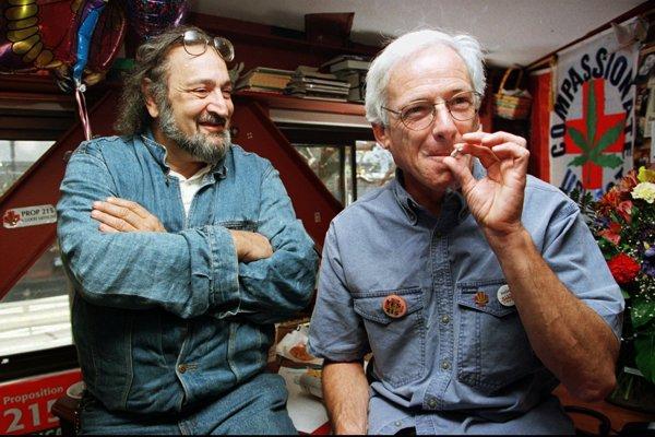 Dennis Peron fajčiaci marihuanový joint (vpravo) spolu s aktivistom Jackom Hererom.