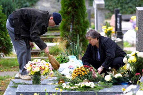 Počas sviatkov vládla na zvolenskom centrálnom cintoríne pokojná atmosféra.