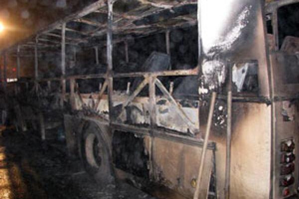 Autobus zhorel do tla. Nikto sa pri tom nezranil.